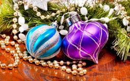 Wood bakgrund för nytt år med färgrika garneringar Arkivfoto