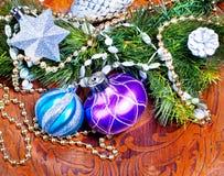 Wood bakgrund för nytt år med färgrika garneringar Arkivbild