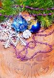 Wood bakgrund för nytt år med garneringar Royaltyfri Fotografi