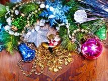 Wood bakgrund för nytt år med härliga garneringar Fotografering för Bildbyråer