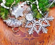 Wood bakgrund för nytt år med härliga garneringar Royaltyfri Bild