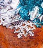 Wood bakgrund för nytt år med härliga garneringar Arkivbild