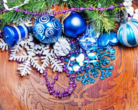 Wood bakgrund för nytt år med färgrika garneringar Arkivbilder