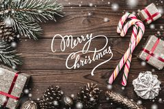 Wood bakgrund Granträd, dekorativ kotte Meddelandeutrymme för jul och nytt år Sötsaker och gåvor för ferier royaltyfria foton