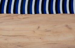 Wood bakgrund med halsdukkanten i den lekmanna- lägenheten fortfarande royaltyfria foton