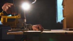 Wood bräde för behändig mansawing arkivfilmer