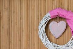 Wood bräde med hjärta, moders dag eller valentin dag Royaltyfri Fotografi
