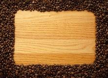 Wood bräde med kafferamen Arkivbild