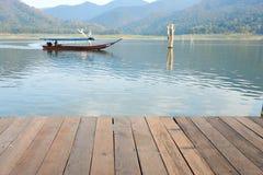 Wood brädemodell med vatten i bakgrund Fotografering för Bildbyråer