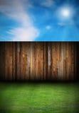 Wood brädestaket i trädgården arkivfoton