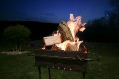 Wood bränning för BBQ-brand i natten i bygd royaltyfri fotografi