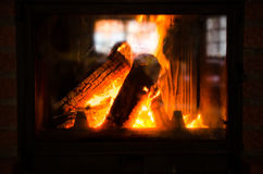 Wood bränning i en spis fotografering för bildbyråer