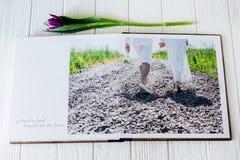 Wood bröllopfotobok förbunden lyckligt förälskelsebarn Gå för brud och för brudgum av bröllopdagen arkivbilder