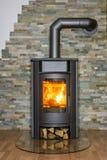 wood brinnande ugn i hus Royaltyfri Fotografi