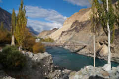 Wood bro över floden i den Ghizer dalen, Pakistan Royaltyfri Bild