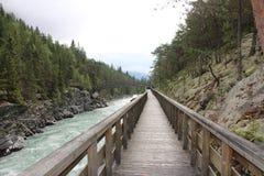 Wood bro över floden Nära till Sjoa kajakläger Royaltyfria Foton