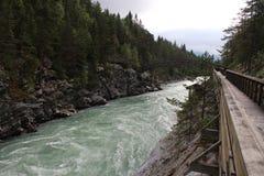 Wood bro över floden Nära till Sjoa kajakläger Royaltyfria Bilder