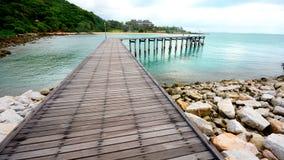 Wood bro över havet Royaltyfri Bild