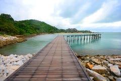 Wood bro över havet Arkivfoton