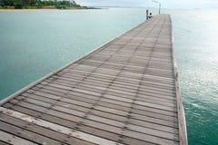 Wood bro över havet Arkivbild