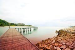 Wood bro över havet, drömlik färg Arkivfoton