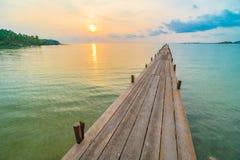 Wood bro eller pir på stranden och havet Arkivfoton