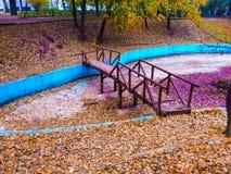 Wood bro, färgrik bakgrund Royaltyfri Foto