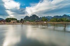 Wood bro för lång exponering på nawsångfloden i Vang vieng, Laos Arkivbilder