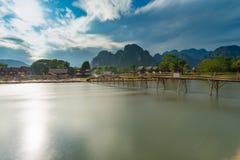 Wood bro för lång exponering på nawsångfloden i Vang vieng, Laos Royaltyfria Bilder