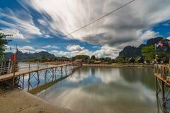 Wood bro för lång exponering på nawsångfloden i Vang vieng, Laos Arkivfoton