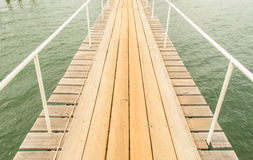 Wood bro på havet Arkivfoto