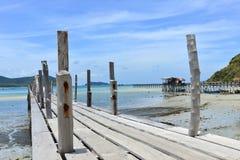 Wood bro till havet på samaesarn thailand Arkivbild