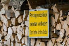 Wood bunt, med förbjudet som skriver in tecknet att förhindra råna Arkivbild