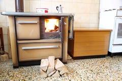 Wood-burning火炉在家的厨房里 库存照片