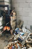 wood-burning火炉烧与开门违反安全并且通过潜力造成对大厦的威胁 免版税图库摄影