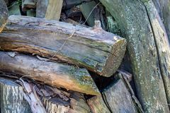 Wood bussgarage i en by arkivfoto