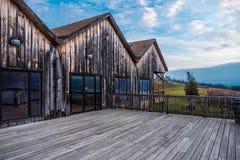 Wood byggnad och däck som förbiser Seneca Lake royaltyfri fotografi
