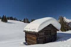 A wood cabin hut in the winter snow background Royalty Free Stock Photos