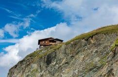 Wood chalet i Fagaras mountaines, Rumänien Arkivbild