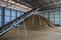 Wood chip för bältetransportörtransport för lager i gård arkivbilder