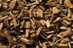 Wood Chips Flakes Chunks Pieces Brown guld- solskengarnering P arkivbilder