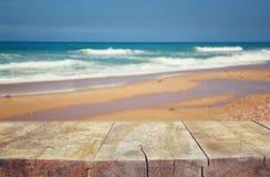 Wood däck framme av havslandskapet ordna till för produktskärm royaltyfri foto