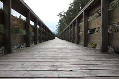 Wood däck längs flodstranden Arkivbild
