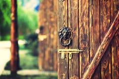 Wood dörr för gammal tappning med dörrlåset royaltyfria foton