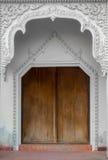 Wood dörr på vit byggnad arkivfoton