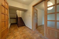 Wood dörrar och trappa i ny utgångspunkt royaltyfria foton