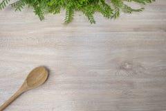 Wood drejare för Wood sked på vit wood bakgrund Royaltyfria Foton