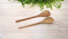 Wood drejare för Wood sked på vit wood bakgrund Royaltyfri Bild