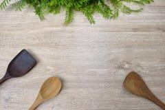 Wood drejare för Wood sked på vit wood bakgrund Royaltyfria Bilder