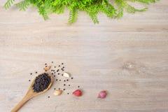 Wood drejare för Wood sked på vit wood bakgrund Royaltyfri Fotografi